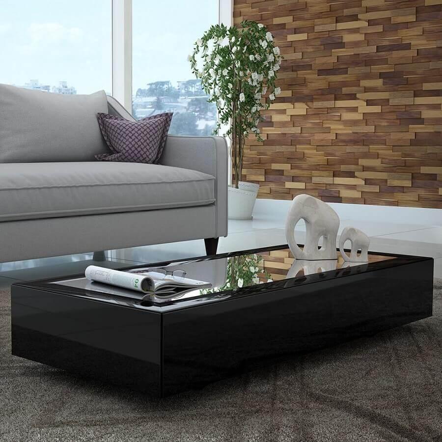 mesa de centro preta espelhada para sala decorada com revestimento de madeira para parede  Foto Panorama Móveis