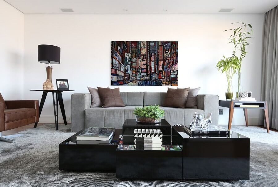 mesa de centro preta moderna para decoração de sala de estar com sofá cinza  Foto Carolina Ouro