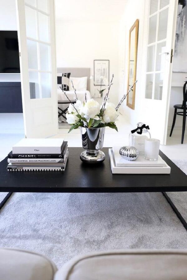 mesa de centro preta para sala branca decorada com vaso de prata Foto Pinterest