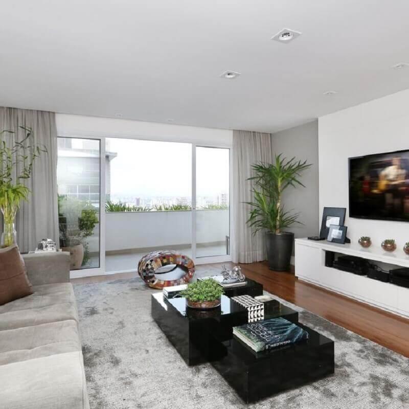 mesa de centro preta para sala de tv decorada com tapete cinza  Foto Carolina Ouro