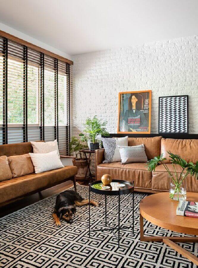 mesa de centro preta para sala decorada com sofá de couro e parede de tijolinho branco  Foto Casa de Valentina