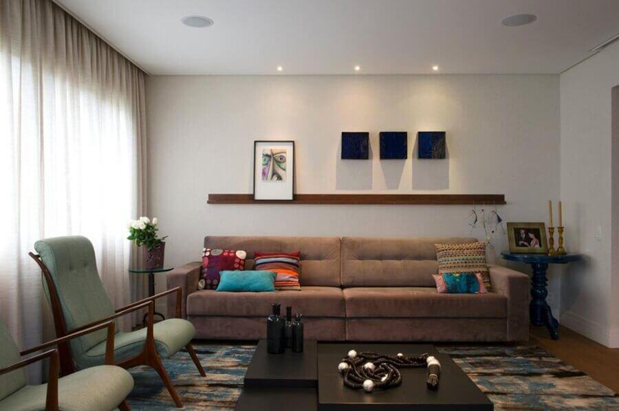 mesa de centro preta para sala simples decorada com poltronas de madeira e sofá marrom Foto Crisa Santos Arquitetos