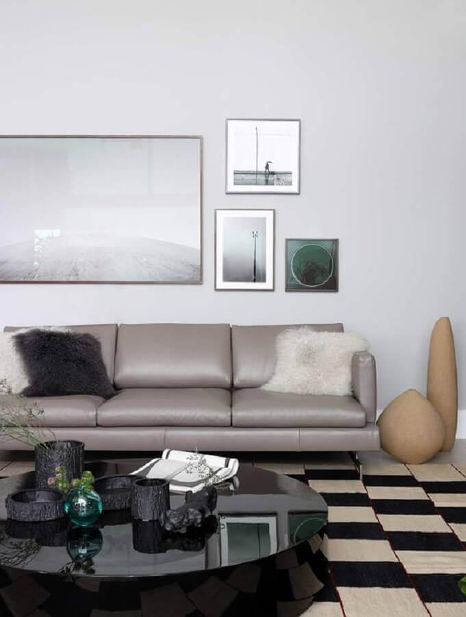 mesa de centro preta redonda para sala decorada com sofá cinza de couro e tapete geométrico Foto Casa de Valentina