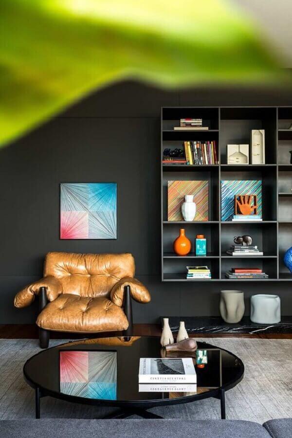 mesa de centro redonda preta para decoração de sala moderna com poltrona mole Foto Casa de Valentina