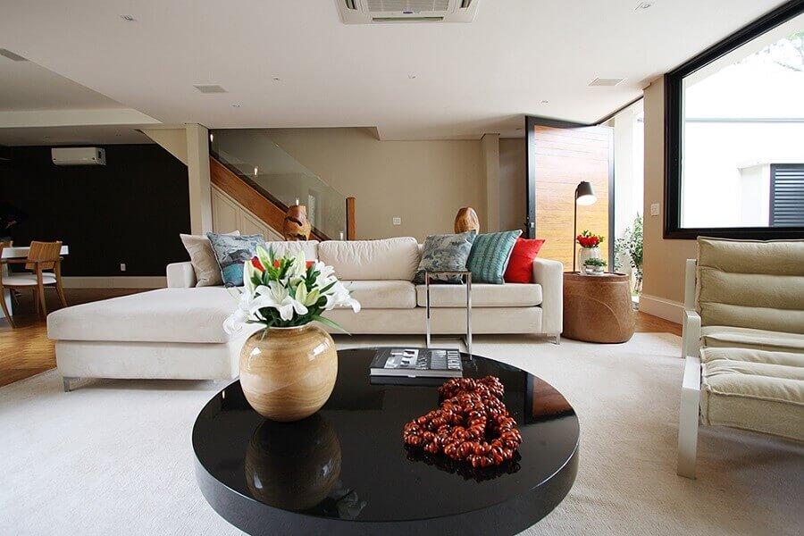 mesa de centro redonda preta para sala ampla e sofisticada decorada com sofá branco Foto Casa de Valentina