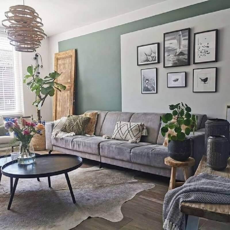mesa de centro redonda preta para sala simples decorada com tapete de couro e sofá cinza  Foto Pinterest