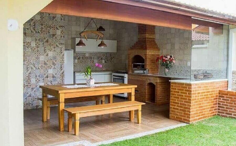 mesa de madeira com banco para decoração de cozinha externa com churrasqueira Foto Pinterest