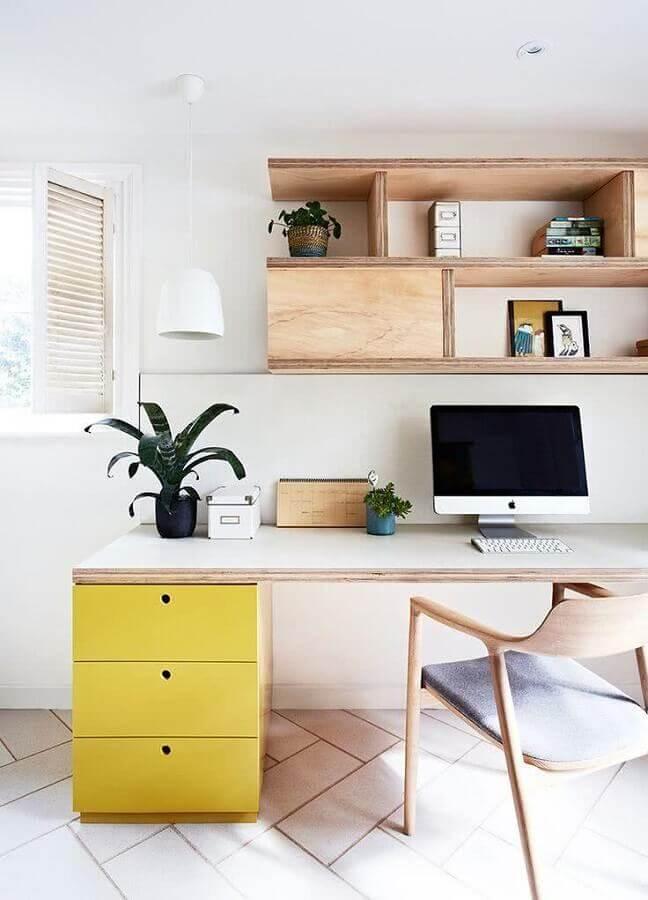 mesa e cadeira para home office de madeira com gaveteiro amarelo Foto Home Decor