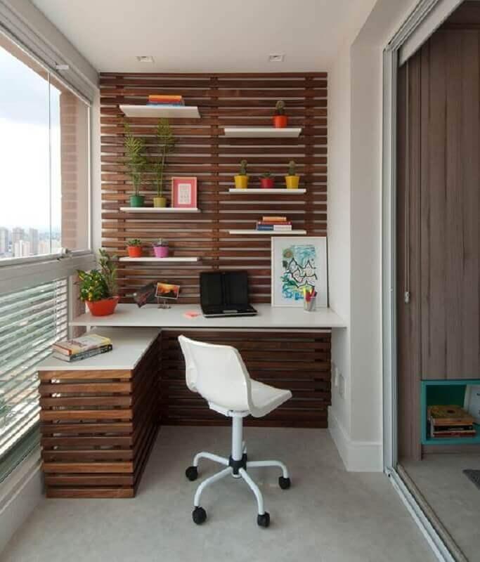 mesa e cadeira para home office planejado na varanda de apartamento  Foto Jeito de Casa