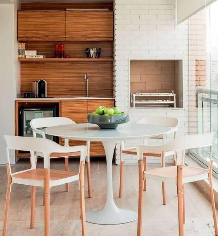 mesa redonda branca para decoração de varanda gourmet com churrasqueira em apartamento Foto Jeito de Casa