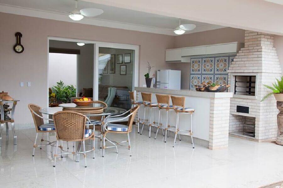 mesa redonda de vidro para varanda gourmet com churrasqueira de tijolinho Foto Pinterest