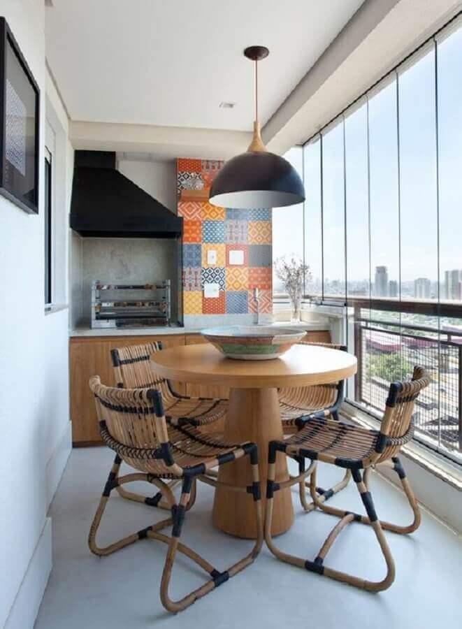mesa redonda e revestimento colorido para decoração de varanda gourmet pequena com churrasqueira Foto Jeito de Casa