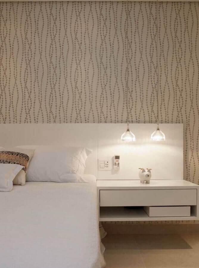 papel de parede delicado para quarto de casal planejado com cabeceira branca com criado mudo suspenso Foto Pinterest