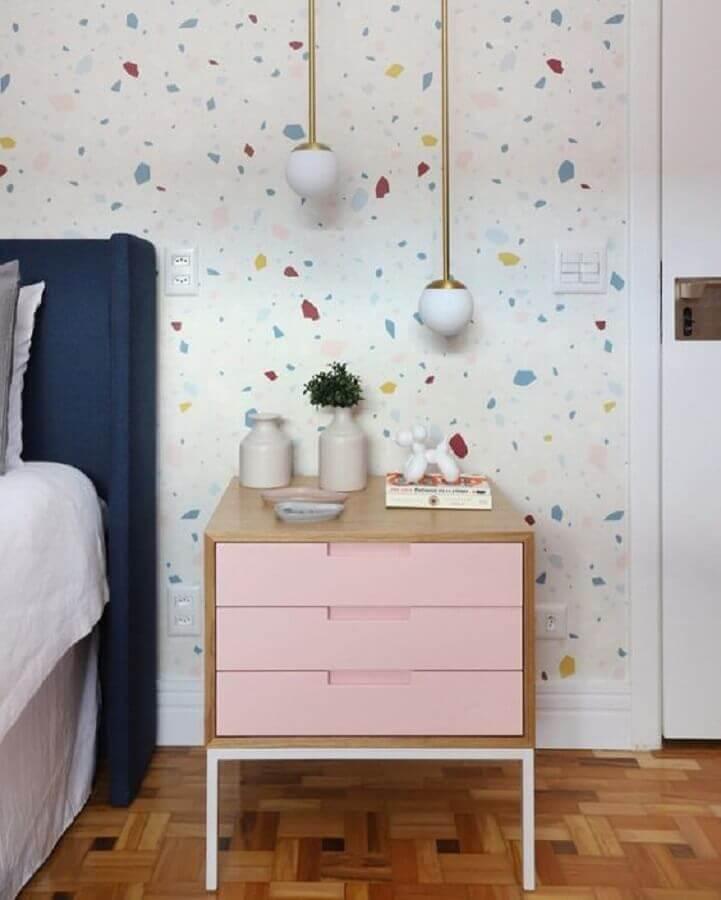 papel de parede delicado para quarto decorado com criado mudo de madeira com gavetas cor de rosa Foto Casa de Valentina