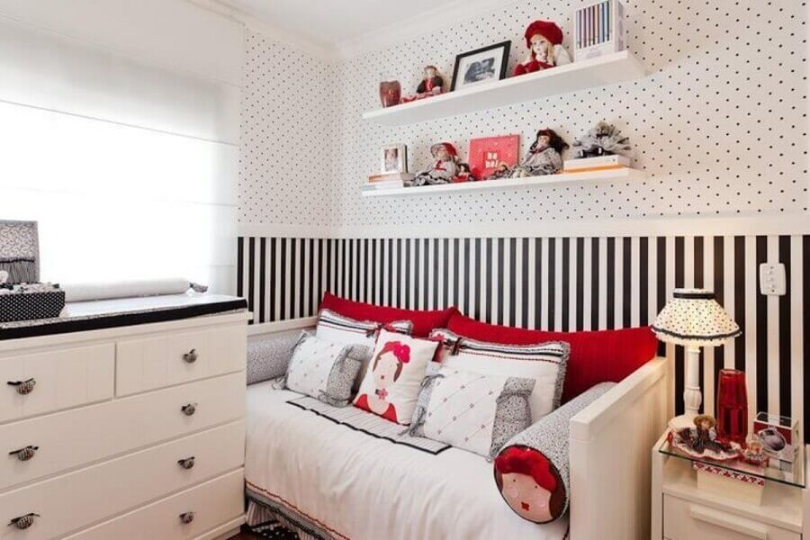papel de parede delicado para quarto feminino branco e preto com detalhes em vermelho Foto Sheila Arquiteta