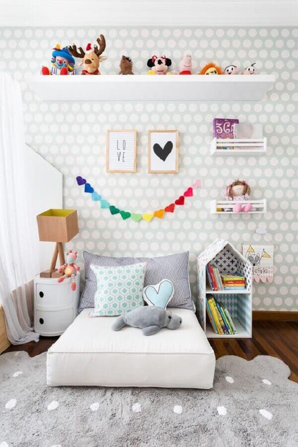 papel de parede delicado para quarto infantil cinza e branco Foto Cadô Design