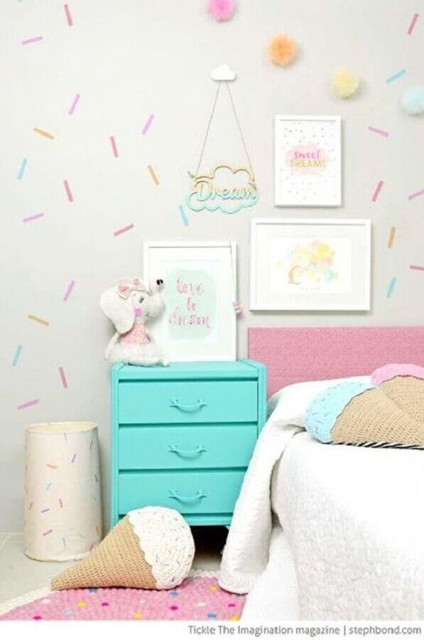 papel de parede delicado para quarto infantil com decoração colorida Foto Ideiative