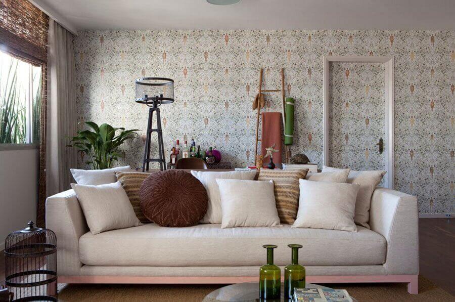 papel de parede delicado para sala de estar decorada com várias almofadas para sofá Foto Casa de Valentina
