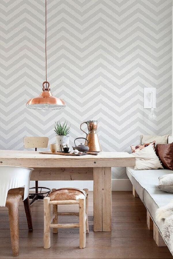 papel de parede delicado para sala de jantar decorada com pendente cobre para mesa de jantar rústica Foto Allegro