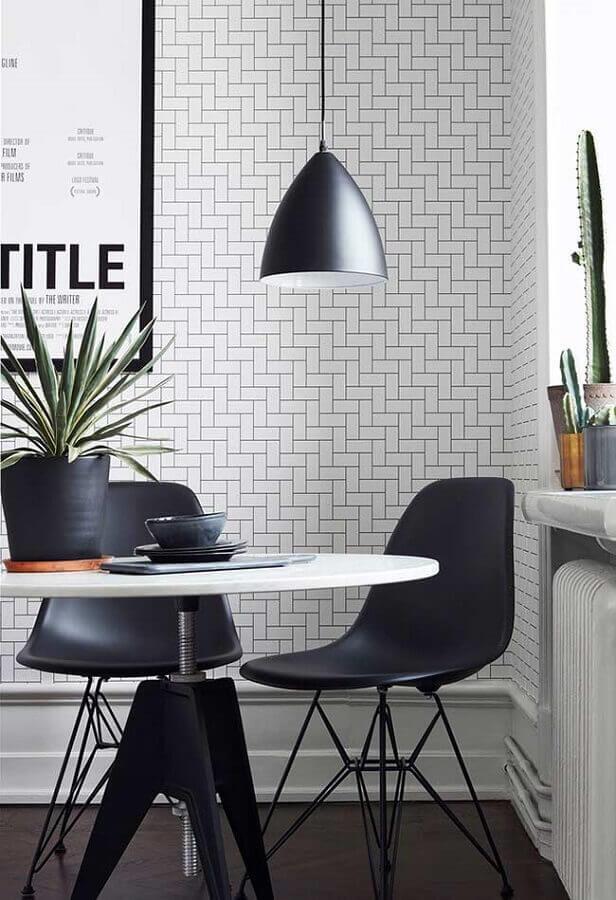 papel de parede delicado para sala de jantar preta e branca decorada com mesa redonda Foto Pinterest