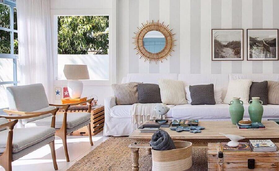 papel de parede delicado para sala decorada com sofá branco e poltronas de madeira Foto Babi Teixeira