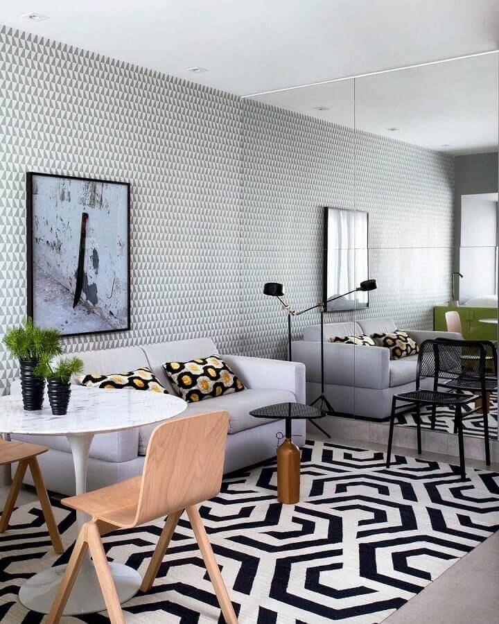 papel de parede delicado para sala moderna decorada com parede espelhada Foto Jeito de Casa
