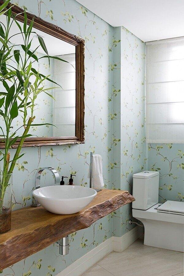 papel de parede floral delicado para decoração de banheiro com bancada de madeira rústica Foto Fashionismo