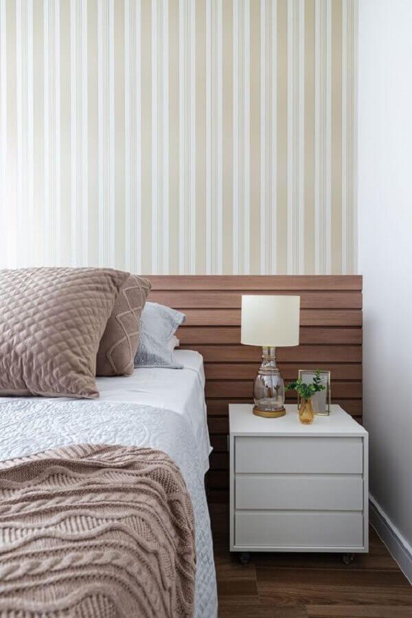 papel de parede listrado para quarto decorado em cores neutras com abajur de cabeceira Foto Rúbia M. Vieira Interiores