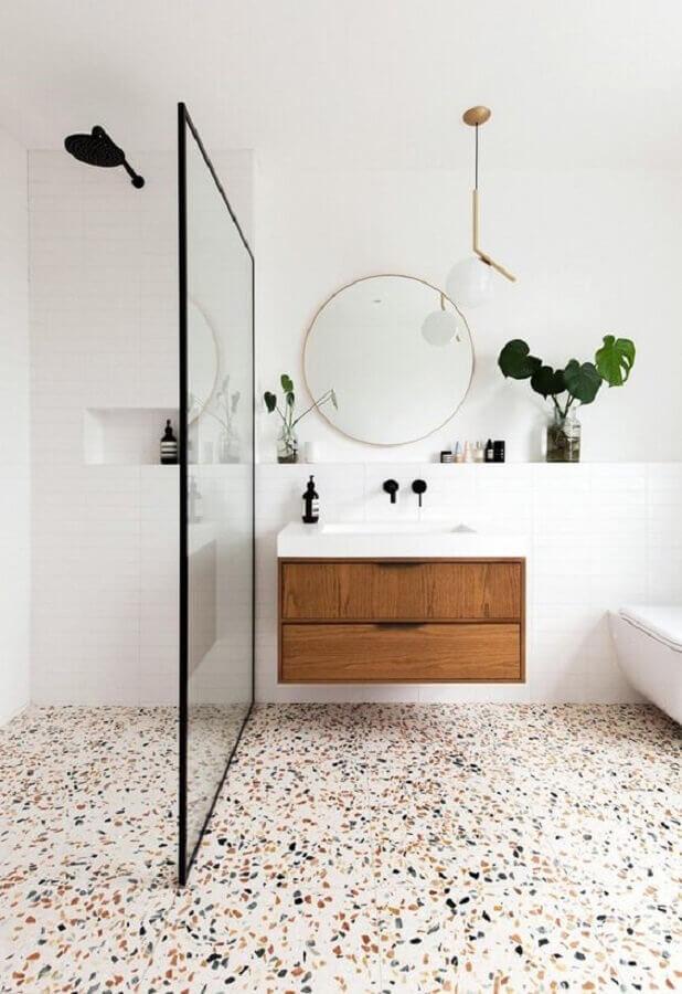 piso com pontos coloridos para banheiro minimalista branco decorado com gabinete suspenso de madeira  Foto Jeito de Casa