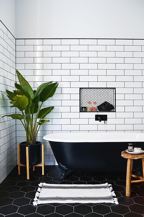 piso hexagonal para decoração de banheiro preto e branco com banheira Foto Conexão Décor