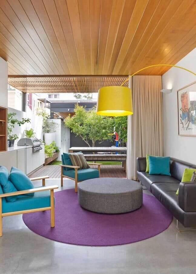 poltrona azul Tiffany para sala moderna decorada com tapete redondo roxo  Foto Pinterest