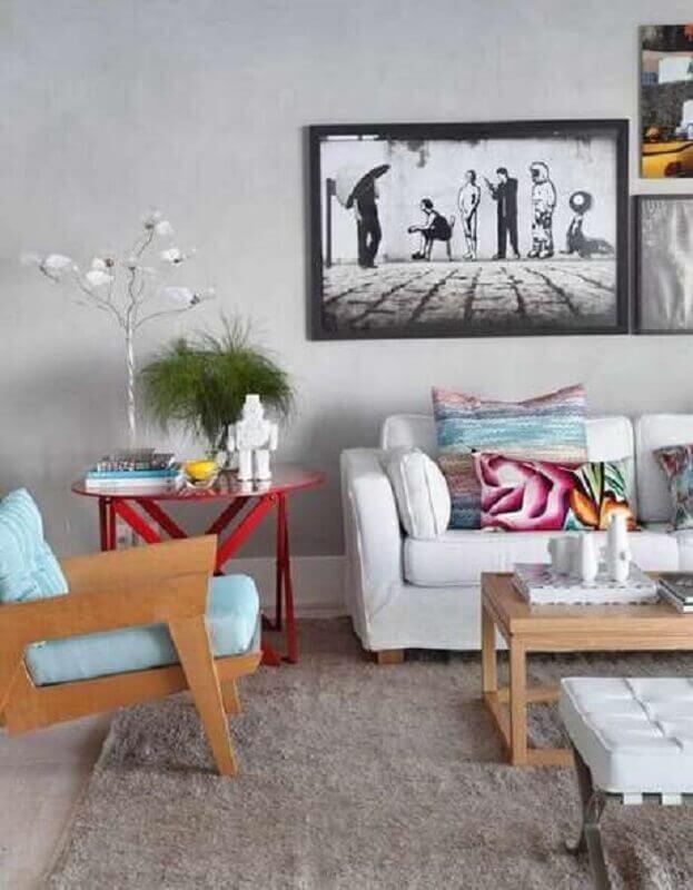 poltrona azul claro de madeira para sala cinza decorada com almofadas coloridas  Foto Home Fashion Trend
