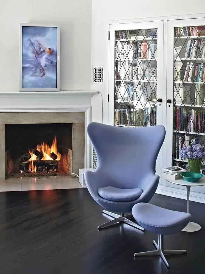 poltrona azul claro para decoração de sala com lareira Foto Pinterest