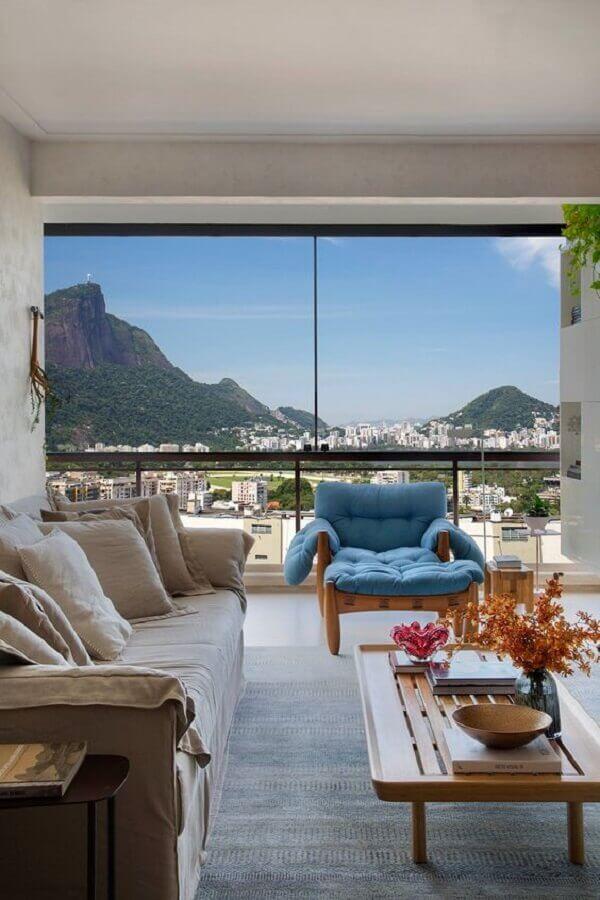 poltrona azul claro para decoração de sala de estar com varanda integrada Foto Casa de Valentina