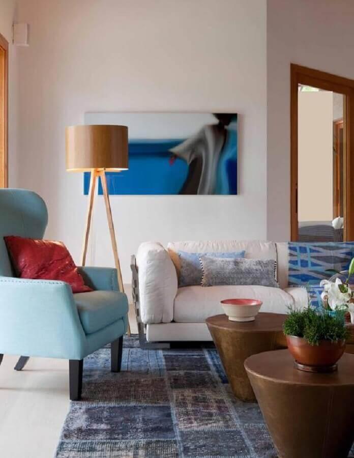 poltrona azul claro para sala decorada com abajur de chão de madeira Foto Pinterest