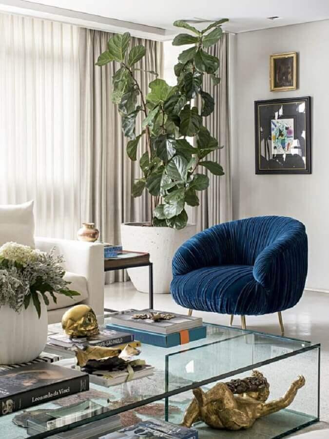 poltrona azul escuro moderna para sala decorada com mesa de centro de vidro  Foto Pinterest