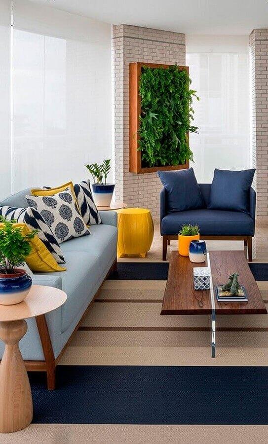 poltrona azul escuro para varanda decorada com sofá azul claro e jardim vertical Foto Simples Decoração