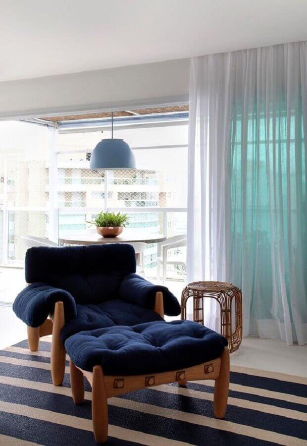 poltrona azul marinho confortável para sala integrada com varanda Foto Casa de Valentina
