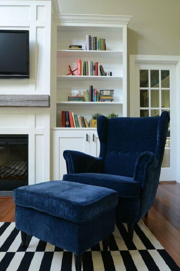 poltrona azul petróleo para sala decorada com tapete listrado preto e branco  Foto Pinterest
