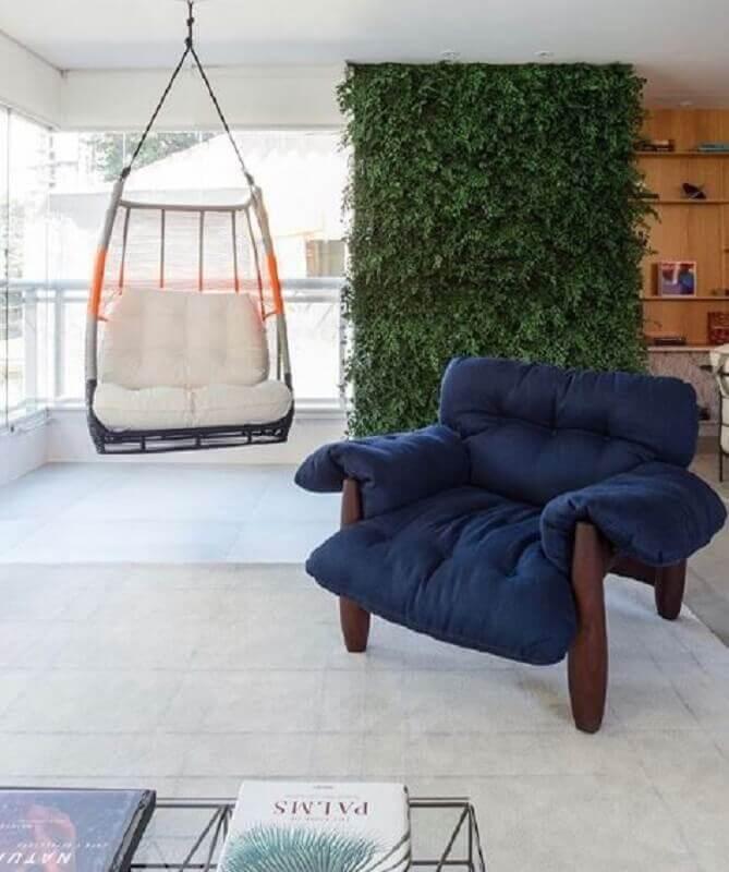 poltrona azul petróleo para varanda decorada com jardim vertical e balanço suspenso  Foto Casa de Valentina