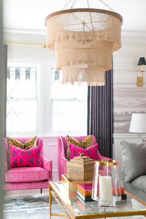 Poltrona com almofada rosa estampada