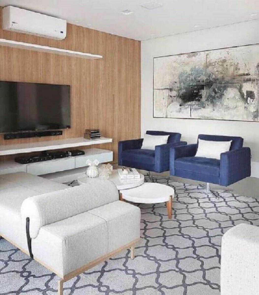 poltrona decorativa azul para sala ampla decorada com painel de madeira Foto Pinterest