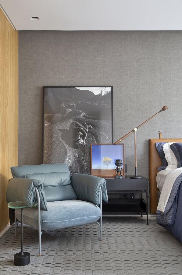 poltrona moderna para quarto cinza decorado com cabeceira estofada marrom Foto Casa de Valentina