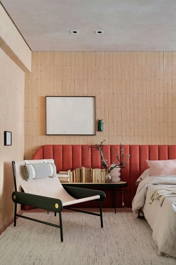 poltrona moderna para quarto decorado com cabeceira estofada planejada Foto Casa de Valentina