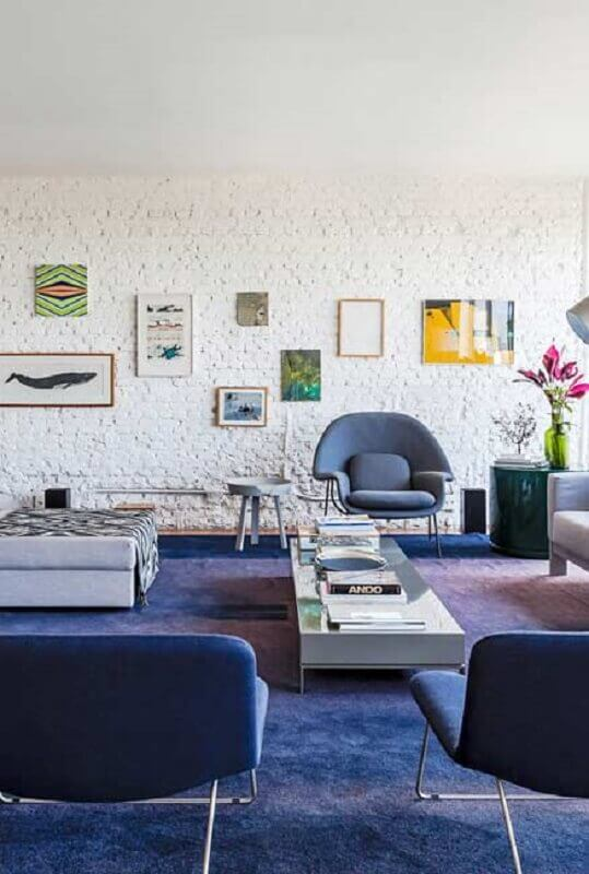poltrona para sala azul decorada com parede de tijolinho branca rústica  Foto Behance