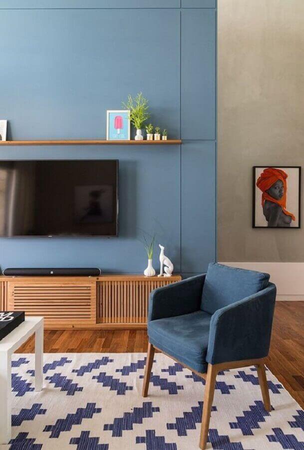 poltrona para sala azul decorada com rack de madeira  Foto Jeito de Casa