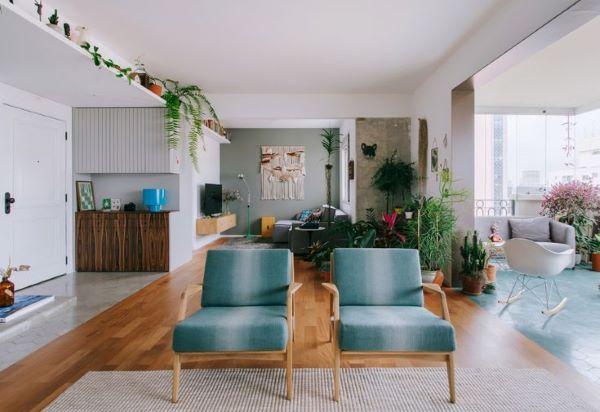 Sala moderna com poltronas verdes