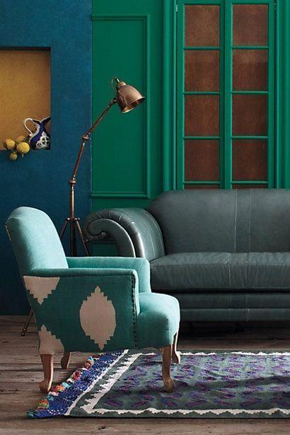 Poltrona verde água na decoração colorida e alegre