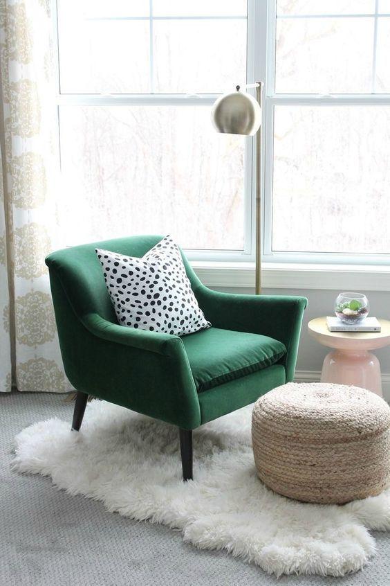 Poltrona verde com almofada preta e branca