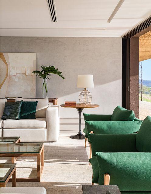 Poltrona verde com sofá branco